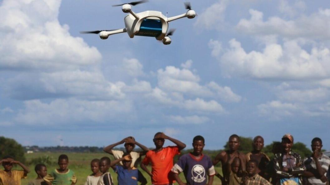 En drone ankommer med livsviktig medisin. (Foto: UNICEF/Khonje).