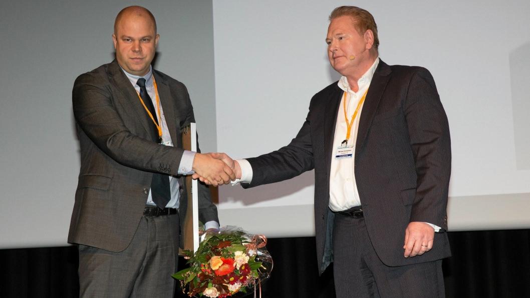 Administrerende direktør i DB  Schenker, Michael Holmstrøm (til høyre) gratulerer Jardar Andersen med årets forskningspris.
