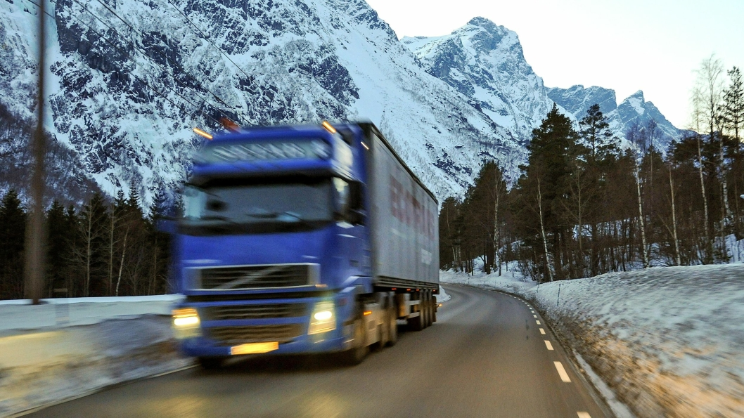 Vogntog på E136 i Romsdalen. Bar veg. Det rasfarlige fjellet Mannen i bakgrunnen