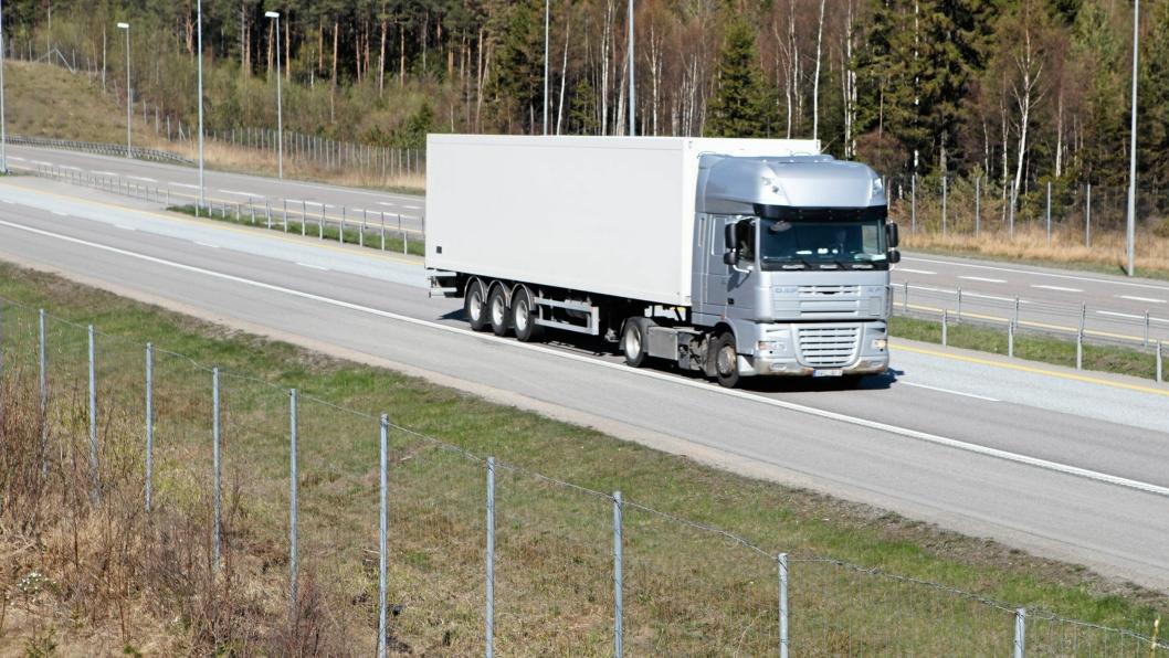 ILLUSTRASJONSFOTO: En umerket utenlandsk lastebil på E6.
