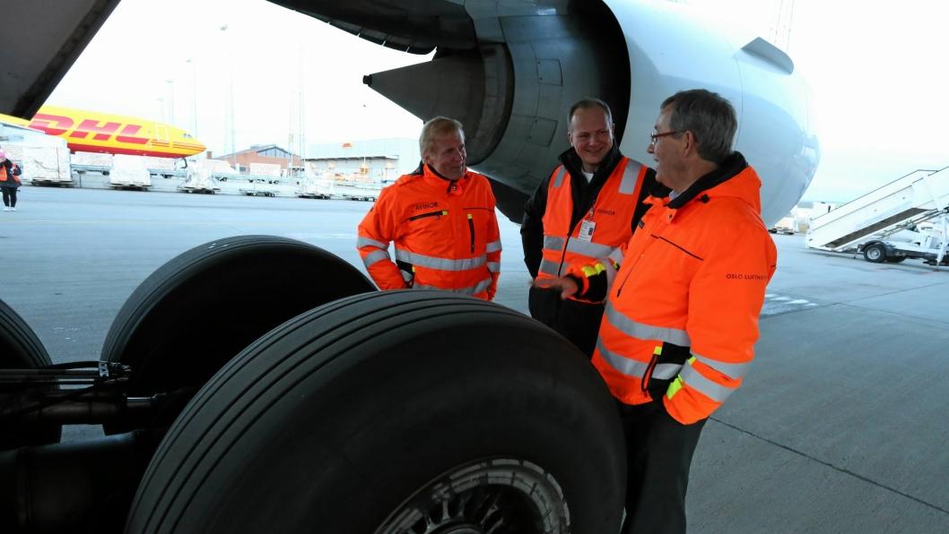 Konsernsjef i Avinor, Dag Falk-Petersen og flyplassdirektør Øyvind Hasaas ved Avinor Oslo lufthavn forteller samferdselsminister Ketil Solvik-Olsen om planene for et sjømatsenter på Oslo lufthavn.