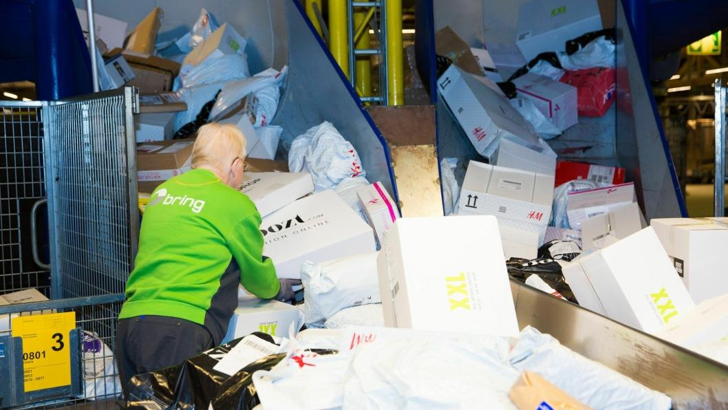 Det flommer over av pakker på Postens godssenter i Oslo mandag. De aller fleste pakkene som ble bestilt på Black Friday går innom denne terminalen.
