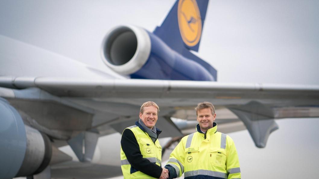 Christian Reuter, generalsekretær i tysk Røde Kors og Peter Gerber, CEO i LufthansaCargo foran et av Lufthansas MD-11 fraktfly.