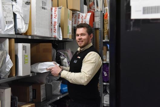 Butikksjef Arnt Christoffer Weberg Schjong hos Spar, Post i Butikk på Sundvollen, oppfordrer folk til å hente pakkene, så det ikke hopper seg opp i hyllene. FOTO: Birger Morken / Posten.
