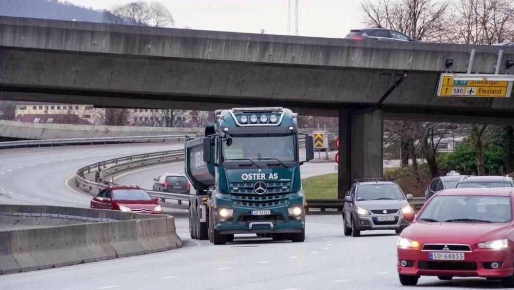 Politikerne i Bergen har nå lovhjemmel til å kreve inn 450 kroner i bompenger fra tunge kjøretøy i Bergen.