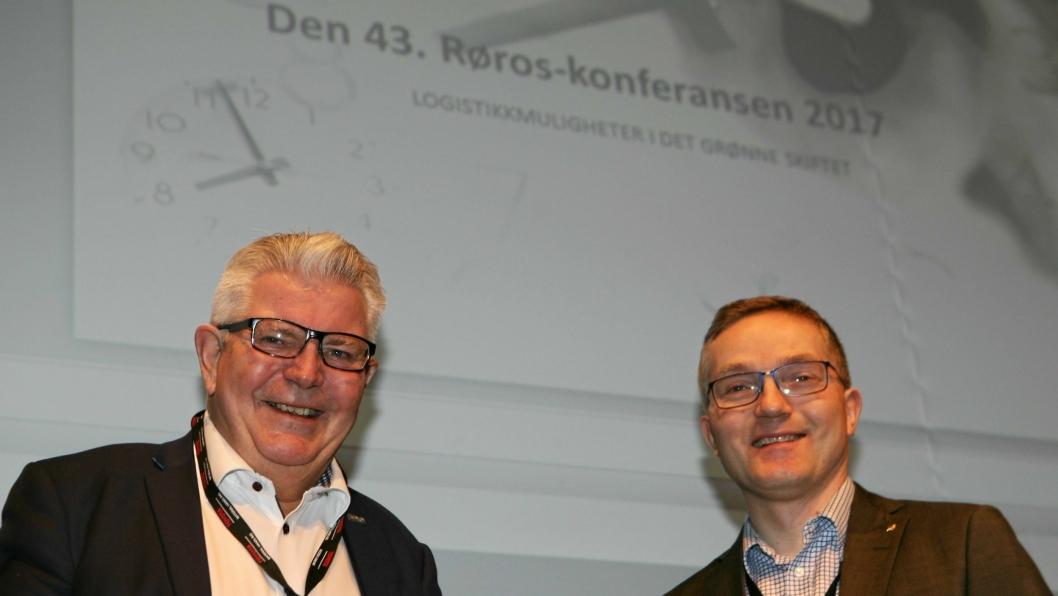 Konferansier Odd Ustad (t.v.) og styreleder Lars Inge Fenes i Logistikkforeningens trøndelagsavdeling åpnet Røroskonferansen fredag.Foto: Per Dagfinn Wolden
