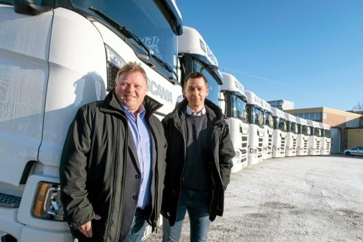 SPENNENDE: Runar Bakken (t.v) i Bama Logistikk og selger Roger Listul i Norsk Scania.