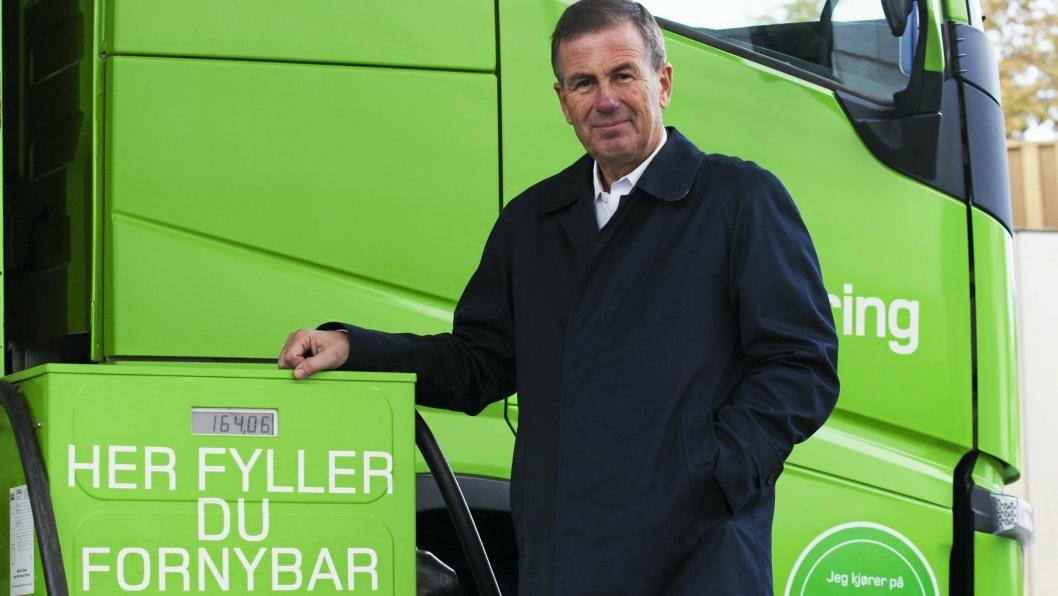 Her står daværende konsernsjef i Posten/Bring, Dag Mejdell, foran en av Brings biodieselpumper da satsingen ble lansert for noen år siden. Nå går Bring-bilene på vanlig diesel.