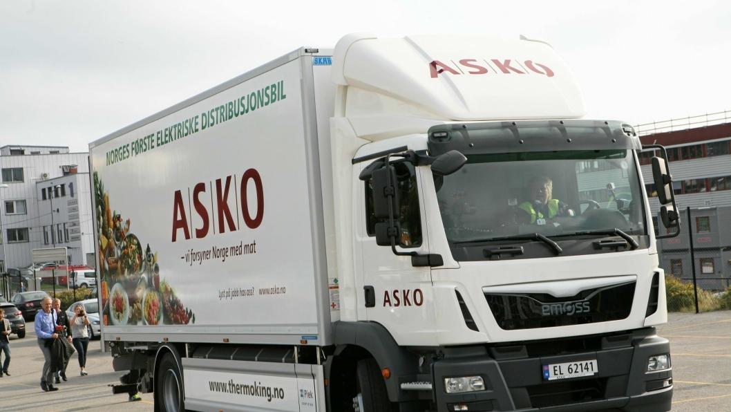 Statsminister Erna Solberg kom kjørende med Askos nye el-lastebil da den ble presentert på på Askos hovedkontor på Kalbakken i Oslo i september. Den var støttet av Enova. Nå kan flere få støtte.