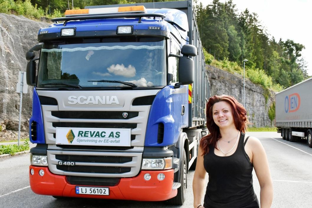 Jannike kjører gjenvinningsmateriale fra sørlandet og opp til Gudbrandsdalen og stortrives bak rattet på de aller største lastebilene.