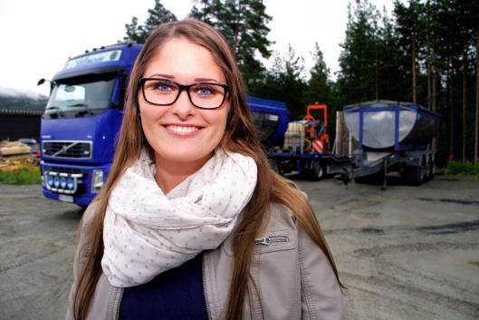 Emilie Slettmoen (22) er Norges yngste lastebileier og setter seg gjerne bak rattet selv.