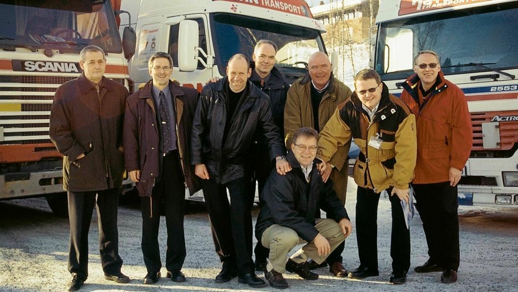 Etableringen av Multisped i 2002. Stående fra venstre: Erik Johansen, Raufoss United, Sverre Narvesen, Raufoss Industripark, Maarten Bech, Schenker, Roy Jakobsen, Hydro Automotive Structures, Per Anton Røise, LRN Transport, Terje Eriksen, Toten Transport, Iver Myrhaugen, Nammo. Foran Stig Morten Pedersen, daglig leder i det nyetablerte selskapet, Multisped AS. Foto: Per Dagfinn Wolden