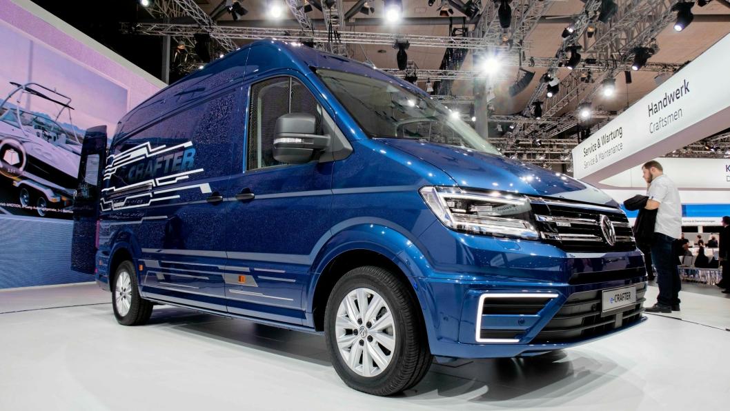 VW E-Crafter ble presentert på IAA 2016 i Hannover i fjor, og kommer for salg i år. Den har oppgitt rekkevidde på over 200 km og 1,7 tonn nyttelast. Kan det være bilen som får fart i salget av elektriske varebiler?