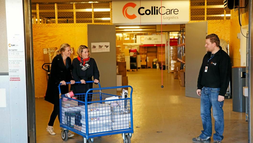 Sjef for varemottaket Bjørn Gunnar Ingolfson følger med på Cathrine Tyszko og Christina Haraldsen hos ColliCare, som nå overtar hele senterlogistikken.