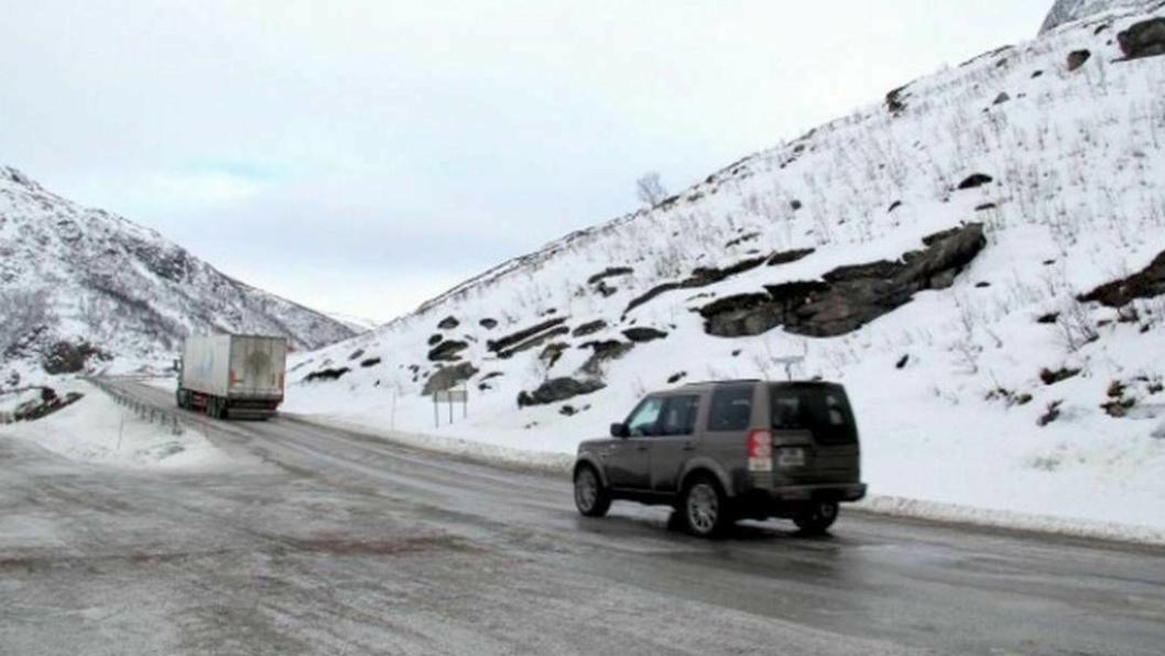 Kjøretøy på vei opp Grøtfjordfjellet får forkjørsrett, mens kjøretøy motsatt vei får vikeplikt.