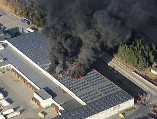Brann i en truck skal være årsaken til brannen.