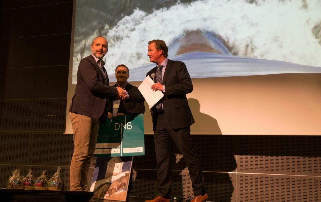Øyvind Lund (til venstre) i Bastø Fosen mottok prisen fra leder i Logistikkforeningen Østfold, Stig Gustavsen (i midten) og styremedlem Are Gråthen.