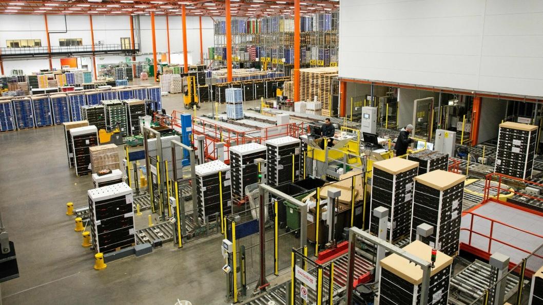 DELT: Anlegget er delt mellom en automatisk del der utstyr fra Swisslog dominerer, og en del der Jungheinrich-truckene suser av gårde.