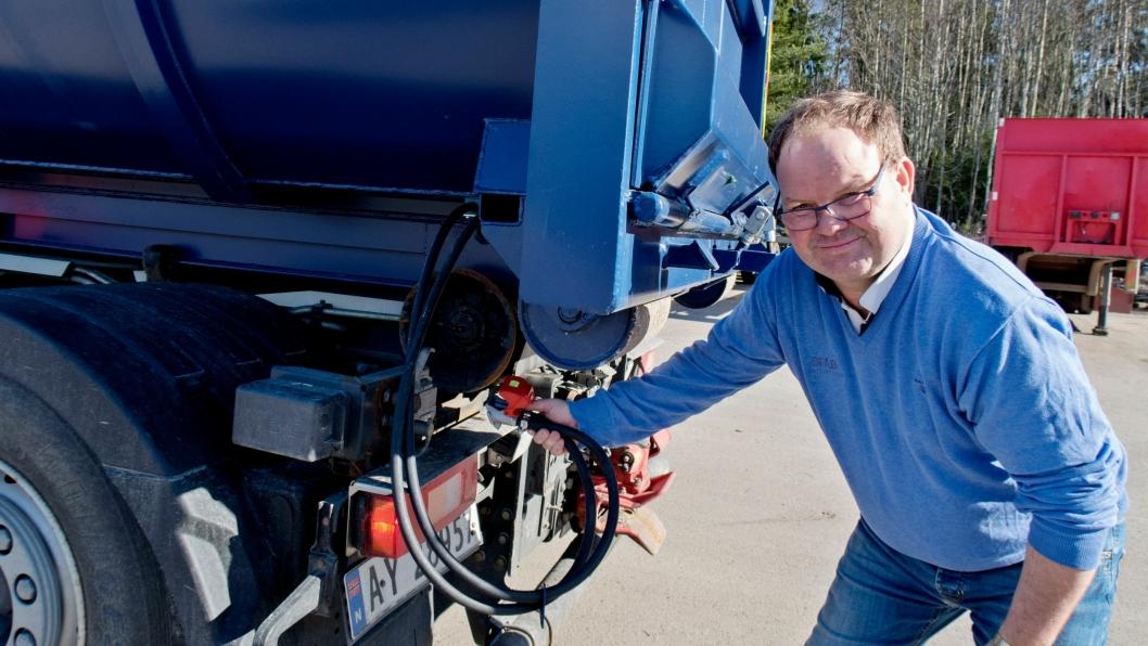 TO SYSTEM: BFAB kan nå levere opplegg for både luft og hydraulisk styring av baklem på krokkasse.