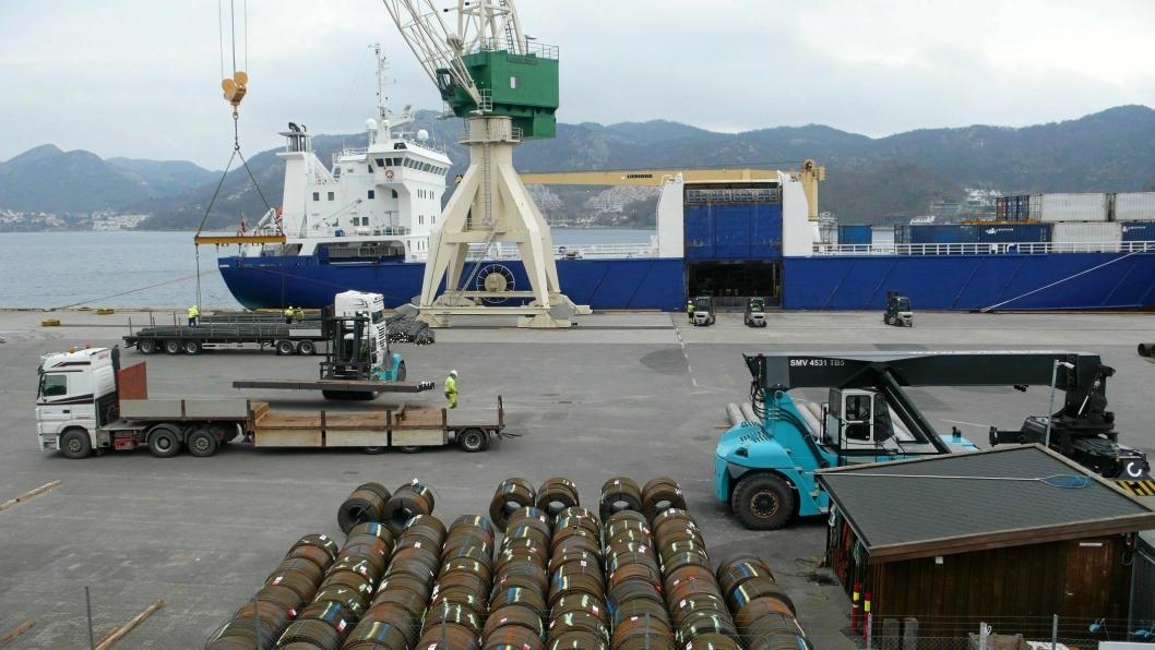Lasting og lossing Sandnes Havn. 11 rederier har søkt om å få støtte til å overføre gods fra vei til sjø.