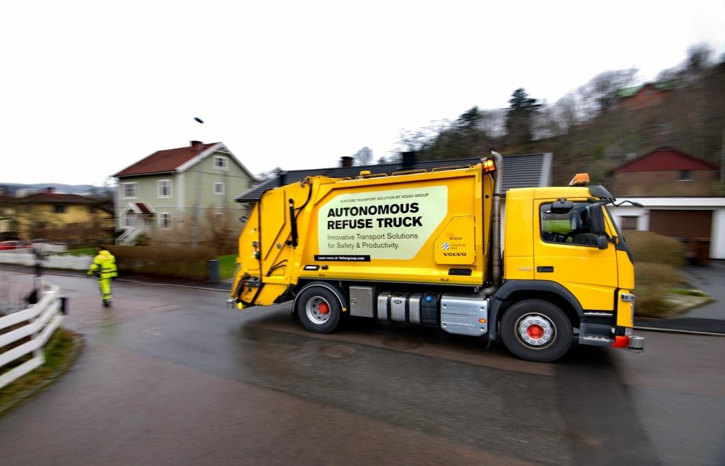 Sjåføren går i kjøreretningen, foran den ryggende lastebilen, slik at han til enhver tid har oversikt over omgivelsene.