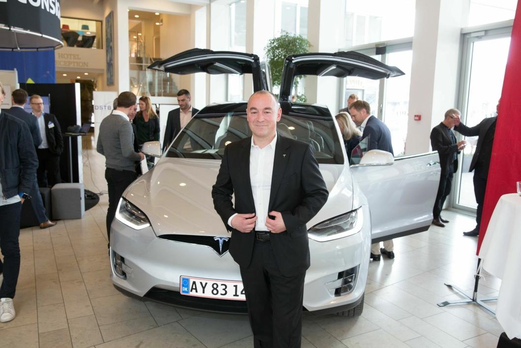 FLYR HØYT: Peter Bardenfleth-Hansen er Director of New Markets for EMEA (Europe, Middle East & Africa) hos Tesla. Han har tidligere vært Norden-sjef og håper Norge tar like godt imot Tesla Semi som vi har gjort med Teslas personbiler. Her foran en Tesla Model X under Nordic Delivery Conference i København.