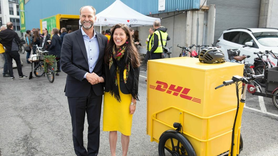 Miljøbyråd Lan Marie  Nguyen Berg stilte i DHL-gul kjole da hun åpnet den nye mikroterminalen. Her sammen med DHL Express-sjef Terje Aarbog.