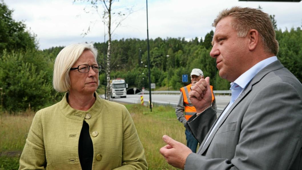 Geir A. Mo og tidligere samferdselsminister Marit Arnstad diskuterer bru eller tunnel over Oslofjorden. Foto: Per Dagfinn Wolden