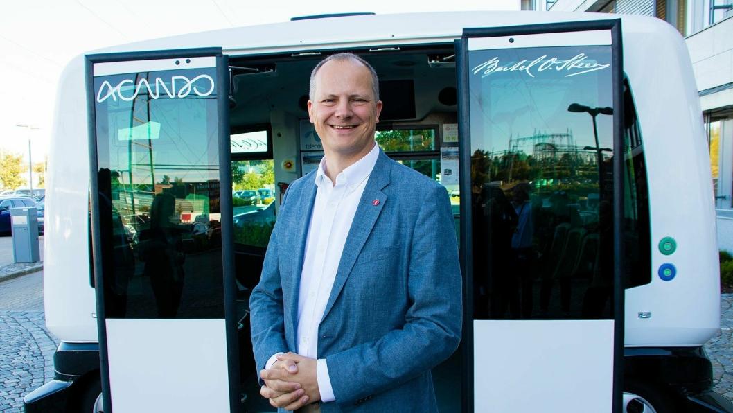 Samferdselsminister Ketil Solvik-Olsen foran en selvkjørende buss.