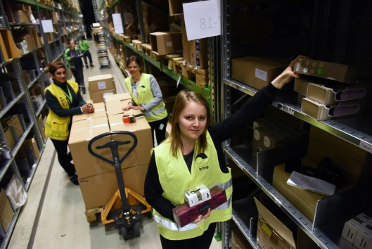Bring-KAM Martina Winsell, Kondomeriets logistikksjef Sanna Mingotti og Nighat Ali ved reolene til Kondomeriet.