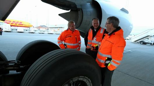 Konsernsjef i Avinor, Dag Falk-Petersen og flyplassdirektør Øyvind Hasaas ved Avinor Oslo Lufthavn forteller samferdselsminister Ketil Solvik-Olsen om planene for et sjømatsenter på Oslo Lufthavn under et møte i 2017. Nå får planene hard kritikk.