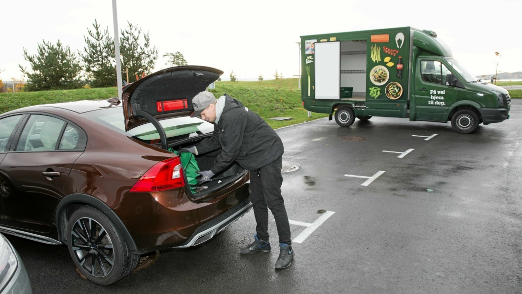 LÅST OPP: Ved å trykke på telefonen åpner marked.no-sjåføren bilens bagasjerom, og kan plassere varene. Sjåføren har et tidsvindu på to timer der leveringen kan skje.