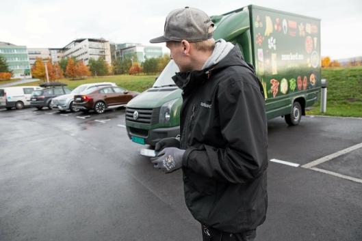 LYSER OPP: Når marked.no-sjåfør Alexander Húngnes trykker på appen lyser Volvoen til Hanne Tønseth opp på parkeringsplassen, og han vet dermed hvor varene skal leveres.