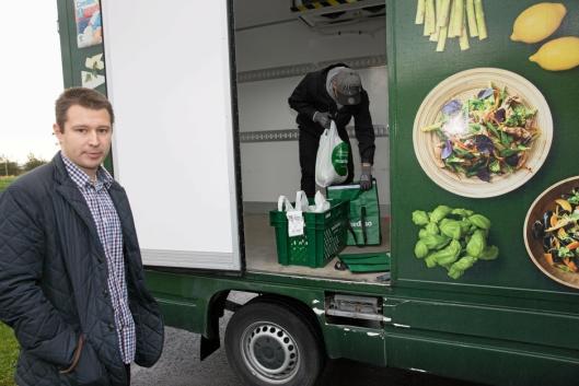 HOLDER SEG KALDT: Alexander Húngnes setter varene i kjølebager før levering, mens leder planlegging Andrei Rauta forklarer prosessen.