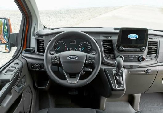 Sentralt plassert finner vi den store 8-tommers skjermen som arbeider sammen med SYNC 3 som kanskje er det enkleste infotainmentsystemet på markedet for tiden. Systemet gjenkjenner norsk og vi har god erfaring med kvaliteten fra andre Ford modeller.