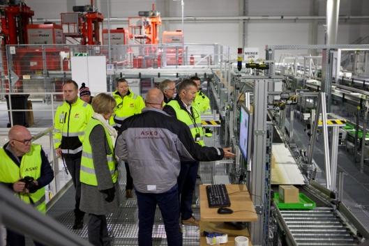 AUTOMATISK: Direktør på Asko Sentrallager Kjøl, Arild Åsmul viser gjestene rundt på anlegget under åpningen.