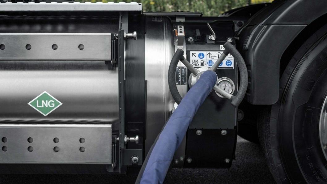 Ved å erstatte diesel med flytende naturgass eller biogass, kan CO2-utslippene fra tunge lastebiler reduseres betydelig, mener Volvo Trucks.