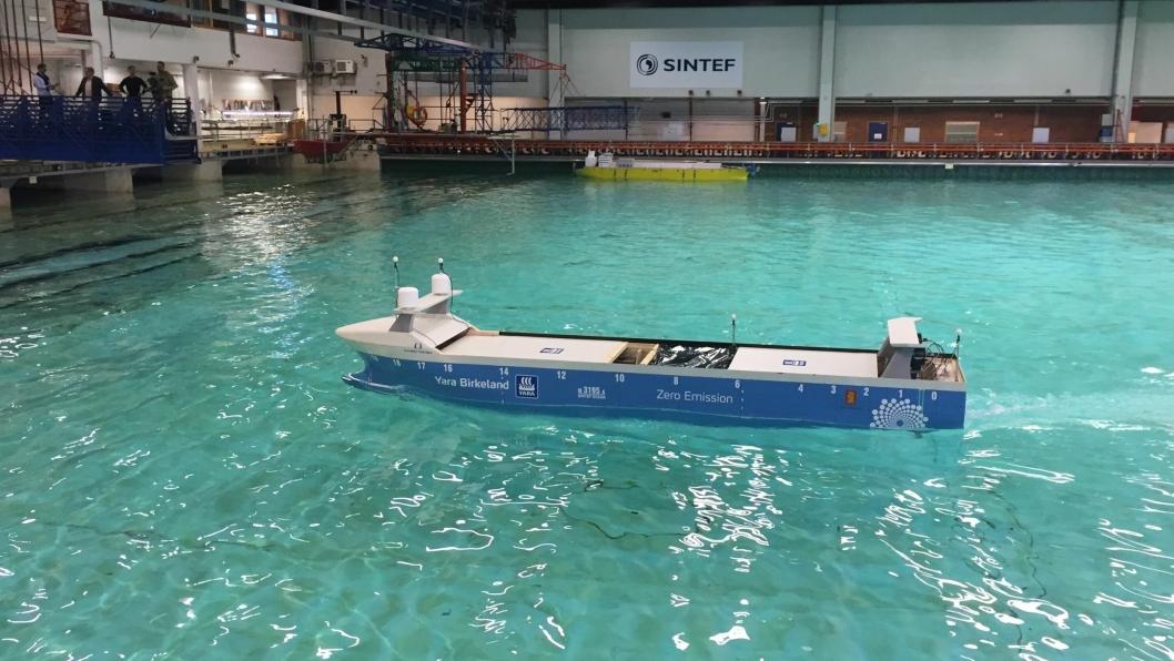 En seks meter lang modell av MV Yara Birkeland ble testet hos Sintef Ocean torsdag.