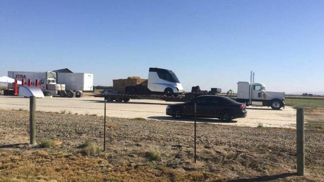 Dette bildet er delt på Reddit , og stammer angivelig fra Inyokern Airport, like nord for Teslas hovedkvarter i California.