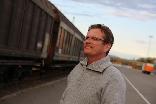 I RUTE: Et godstog er ikke nødvendigvis vakkert i seg selv, men bra for miljøet er det. Her følger development manager i ColliCare, Ronny Nordmark, det første toget inn til Rolvsøy-terminalen. Alle foto: Jappe Jonas Eriksson / ColliCare