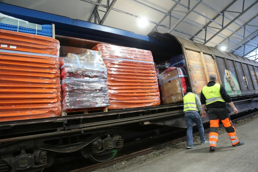 SKAL VIDERE: Fem man med fem gaffeltrucker vil bruke rundt ti timer på å losse godset som skal videre til ColliCares kunder.