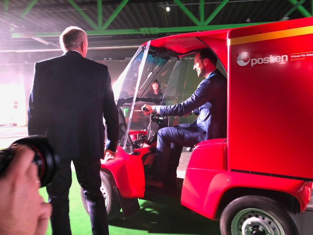 Kronprinsen forlot seansen i et av Postens elektriske kjøretøy..