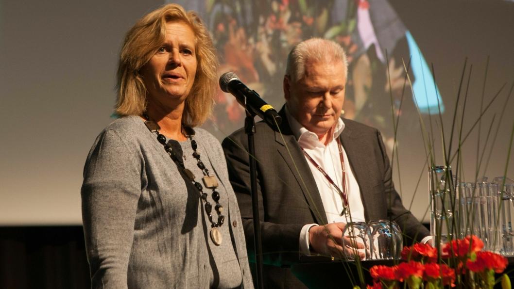 Eirill Bø fikk overrakt prisen av DB Schenkers avtroppende administrerende direktør, Michael Holmstrøm.