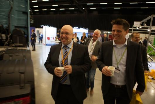 Konferansesjef Jo Eirk Frøise på vei til åpningen sammen med Coops Eirik Borge.