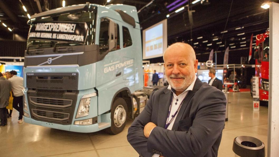 Torstein Magelssen er stolt av å kunne vise fram en gassdrevet Volvo FH på Gardermoen, og sier han har mange interesserte kunder.