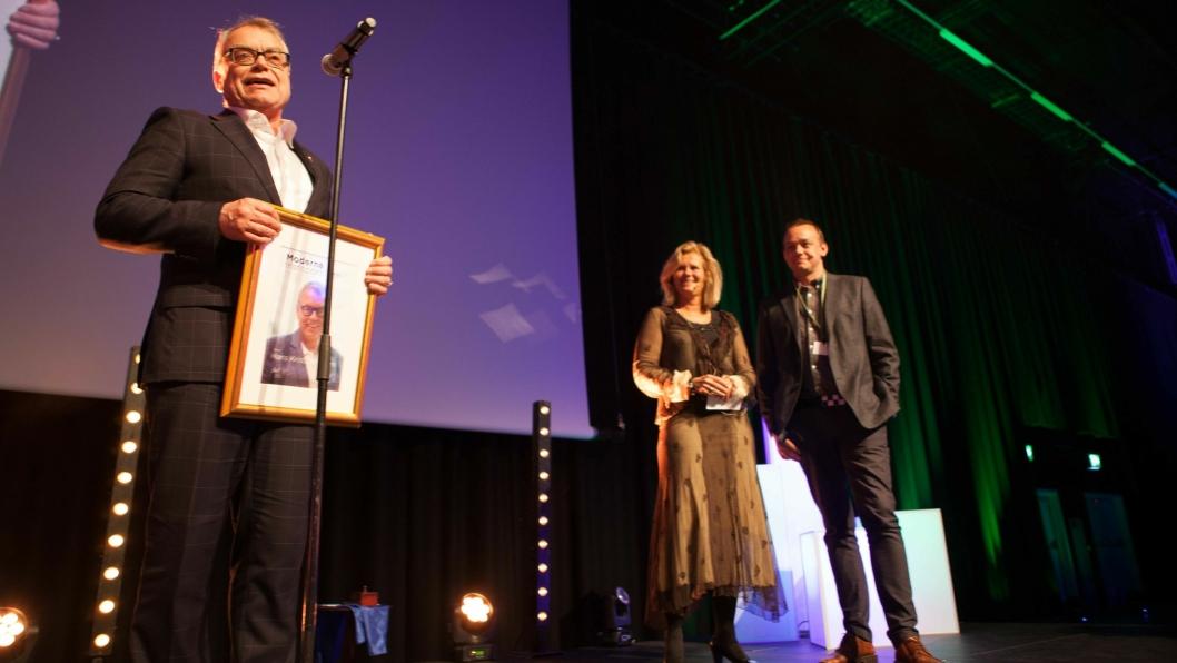 Hans Kristian Haram er verdig vinner av Moderne Transport-prisen 2017. Prisen ble delt ut av juryleder Eirill Bø og redaktør i Moderne Transport Øyvind Ludt.