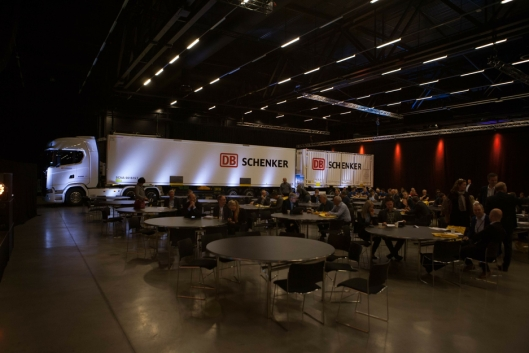 DB Schenker satser på 25,25 meter lange modulvogntog, og viser det fram i hovedsalen i The Qube på Gardermoen.