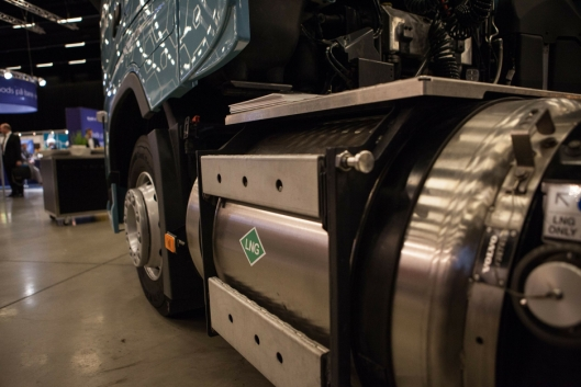 For å sikre maksimal kjørelengde, fylles tankene med LNG som lagres ved et trykk på 4–10 bar og en temperatur på -140 til -125 °C.
