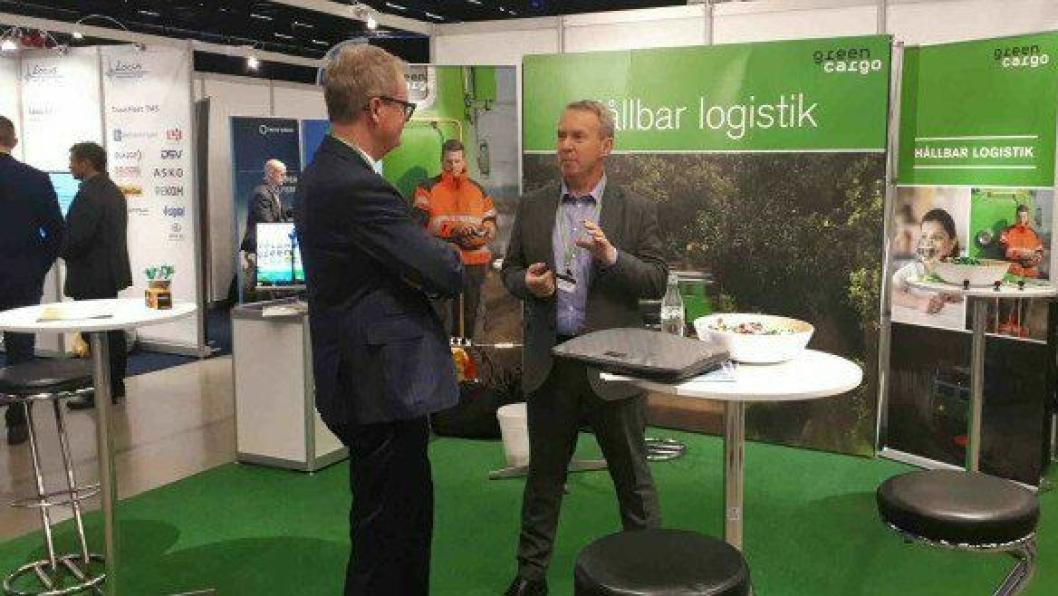 Kjell Owrehagen, vd i Green Cargo Norge, i dialog med en ikke ukjent jernbanemann, Bjarne Ivar Wist (t.v.).