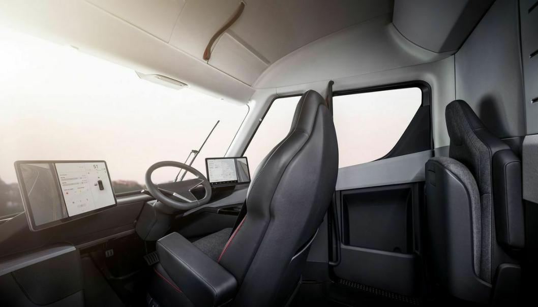 På førerplass finner vi ett sentrert sete med to store skjermer tilgjengelig.